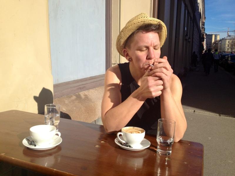 på cafe med sommerhatt